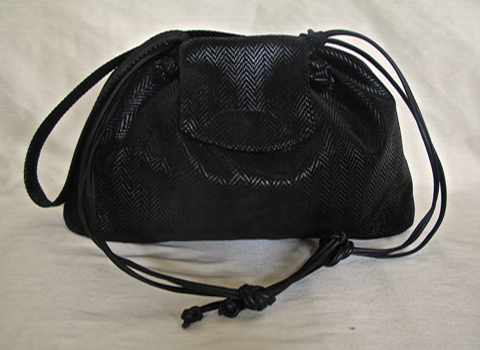 Kleine Tasche aus bedrucktem Velourleder im Fischgratdesign und feinem Seidenfutter